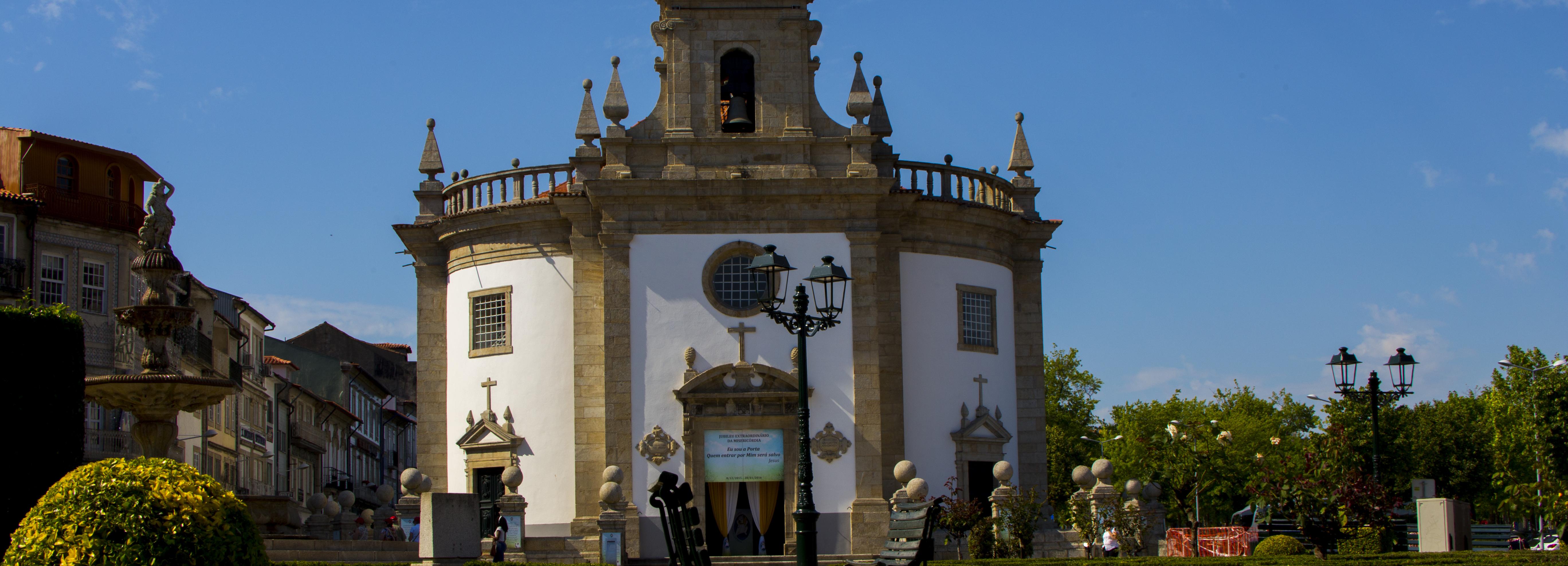 Templo do Senhor da Cruz com portas novas