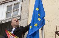 hastear da bandeira da união europeia no dia da...