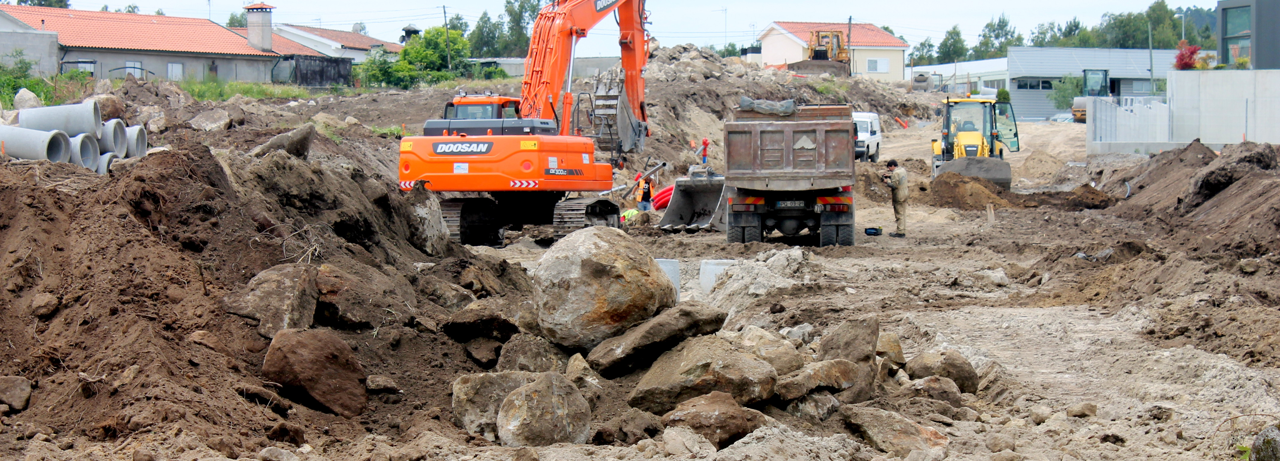 Câmara Municipal constrói arruamento no Parque Industrial do Corujo