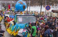 milhares de pessoas no carnaval popular de barc...