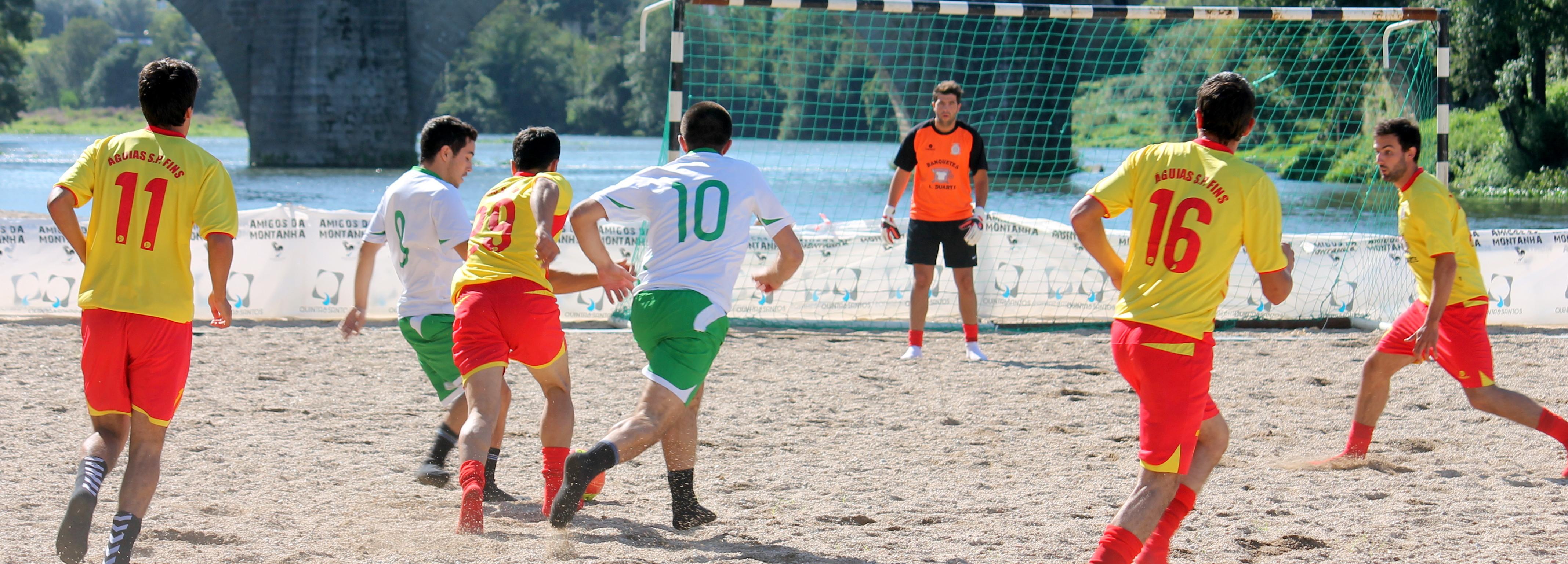 Futebol e atividades no rio dinamizam frente ribeirinha e areal