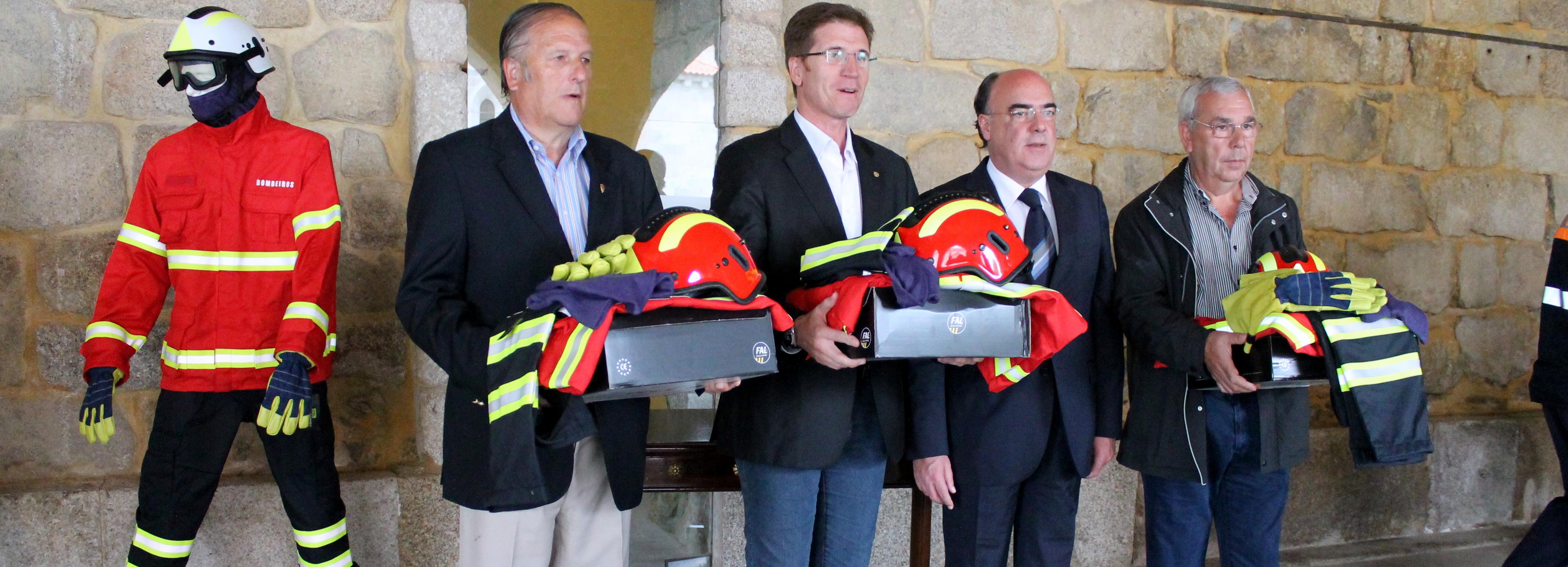 Bombeiros do concelho recebem equipamentos de proteção individual contra incêndios