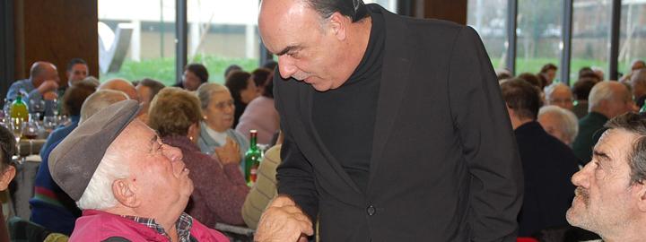 Miguel Costa Gomes vive espírito de Natal com idosos e crianças