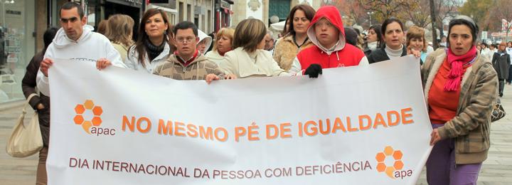 """Meio milhar de pessoas na caminhada """"No mesmo pé de igualdade"""""""