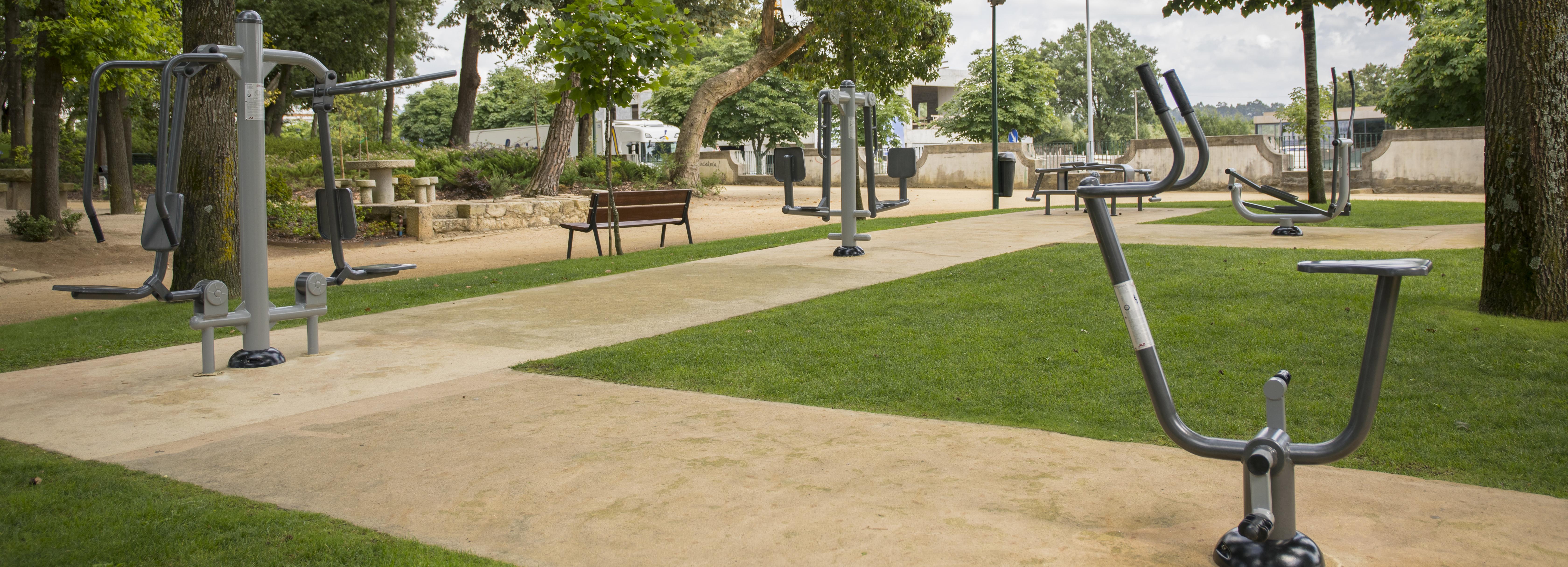 Parque da cidade equipado com novas máquinas de exercício de reforço muscular