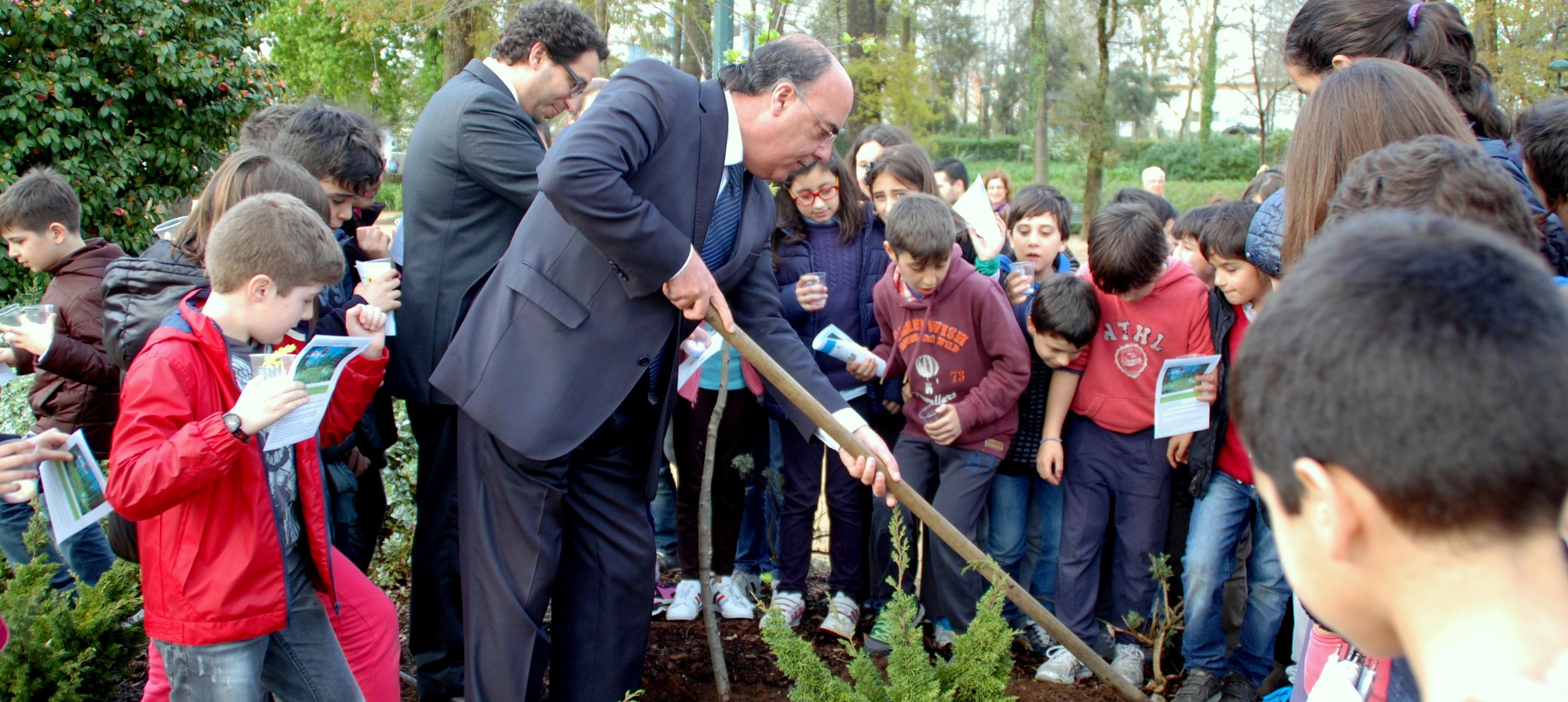 Presidente da Câmara e alunos de escolas do concelho plantaram árvores no Parque da Cidade