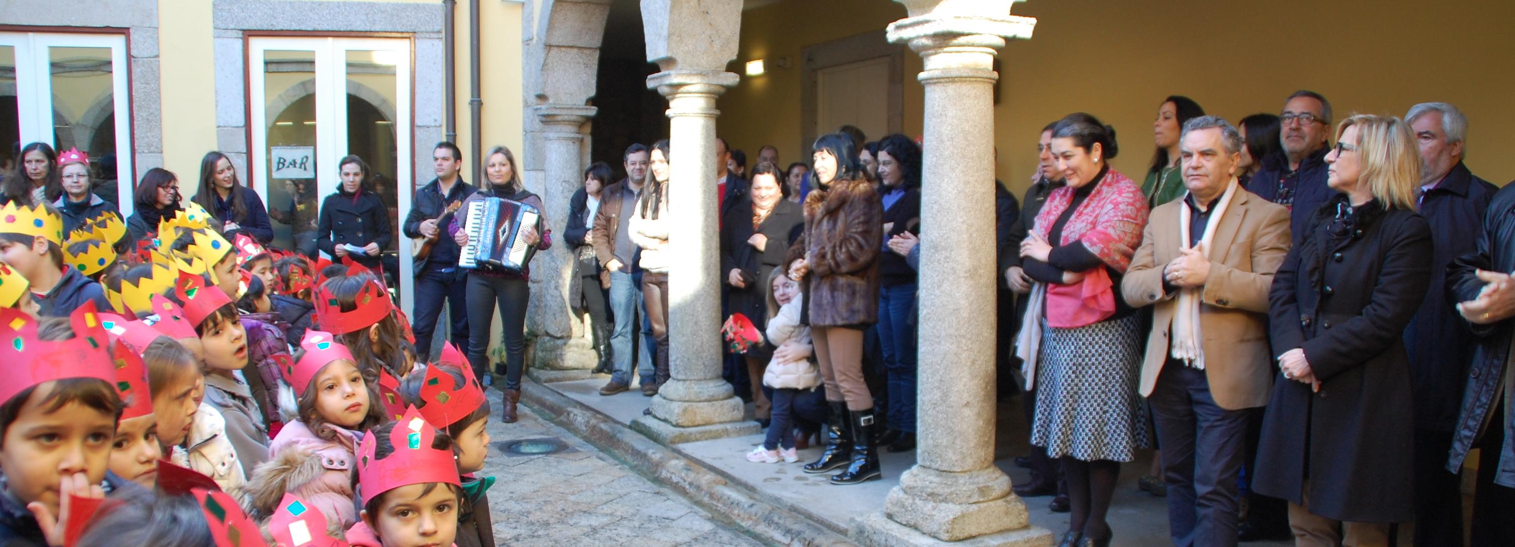 Alunos do Centro Escolar António Fogaça cantam os Reis no Município