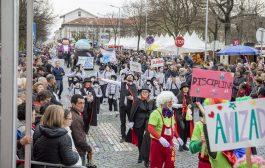 multidão em barcelos para assistir ao carnaval