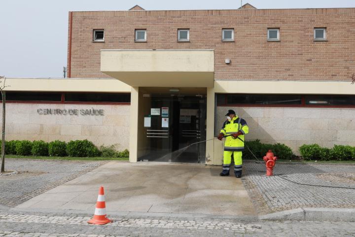 Lavagem estende-se aos espaços exteriores de todas as unidades de saúde e farmácias do concelho