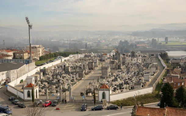 cemitério municipal e parque de estacionamento ...